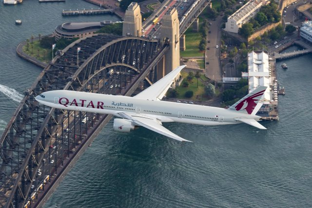 qatar-airways-boeing-777-and-the-harbour-bridge_25141457510_o