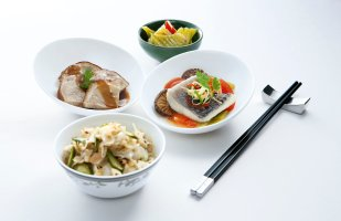 sia-first-class-and-suites-steamed-pomfret-braised-pig-trotter-with-braised-green-mustard-vegetables-served-with-chai-poh-kway-teow
