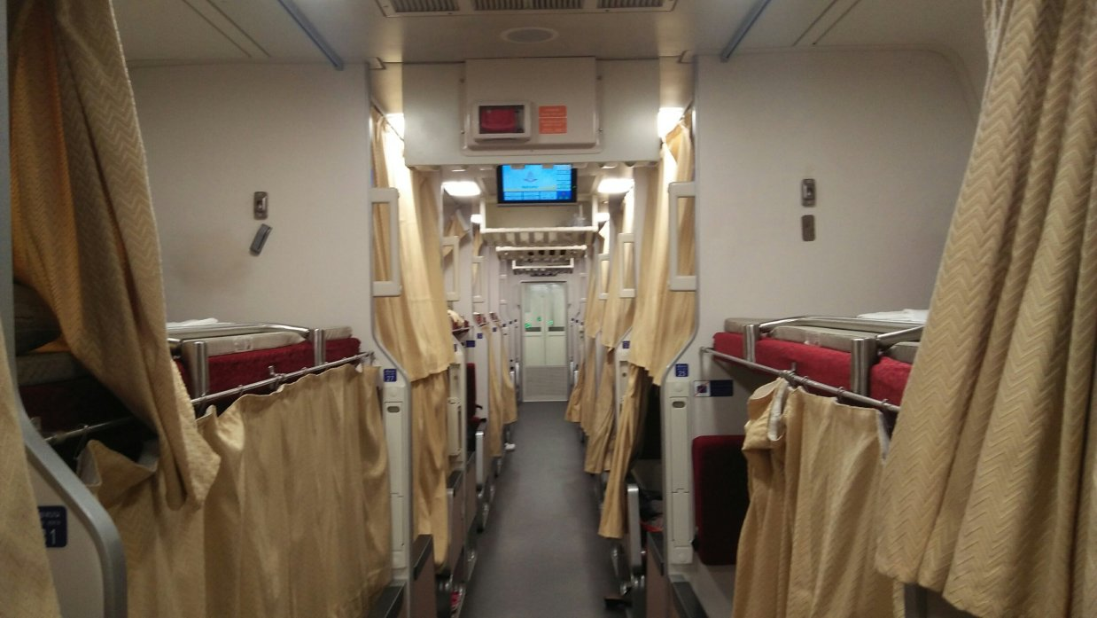 ウドンタ二発バンコク行き寝台列車の車内