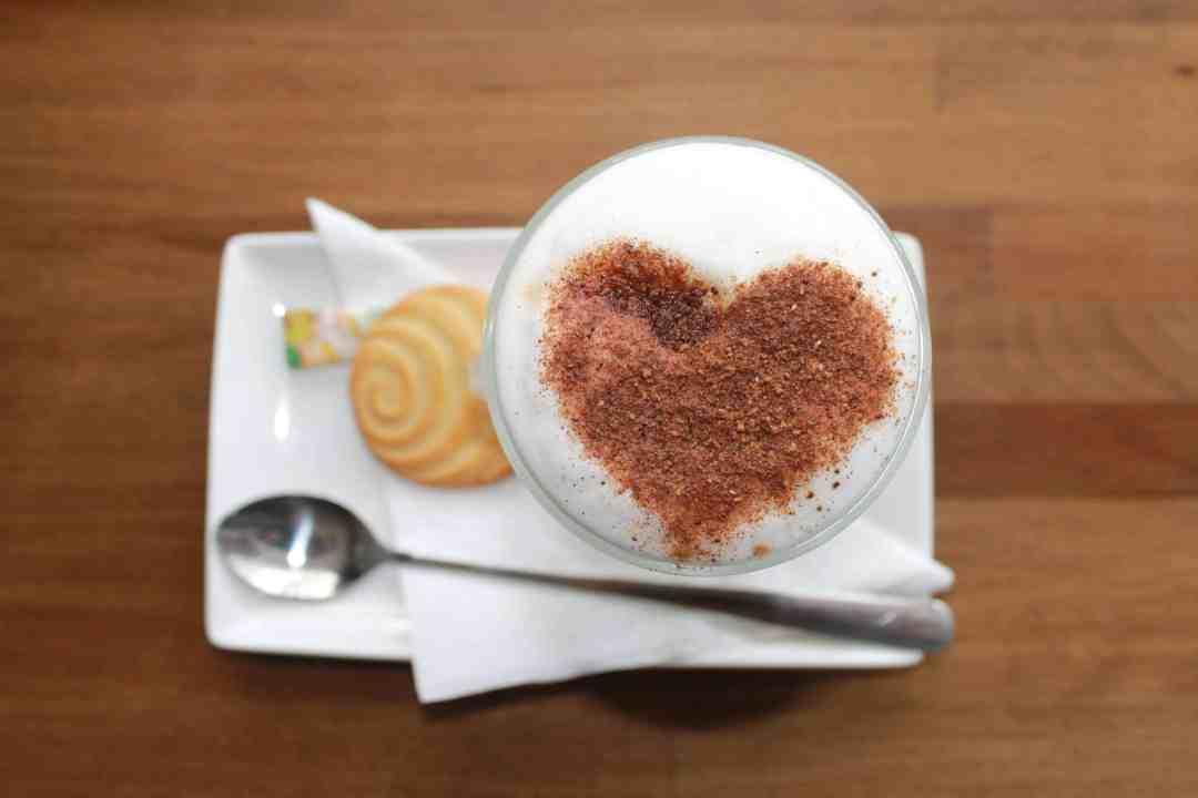 Kaffee mit Herz aus Kakao