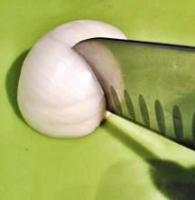 Faça agora cortes perpendiculares aos feitos firma, na vertical (umas 4 ou 5 incisões), de novo sem fazer com que a ponta da faca chegue até a extremidade lateral da cebola