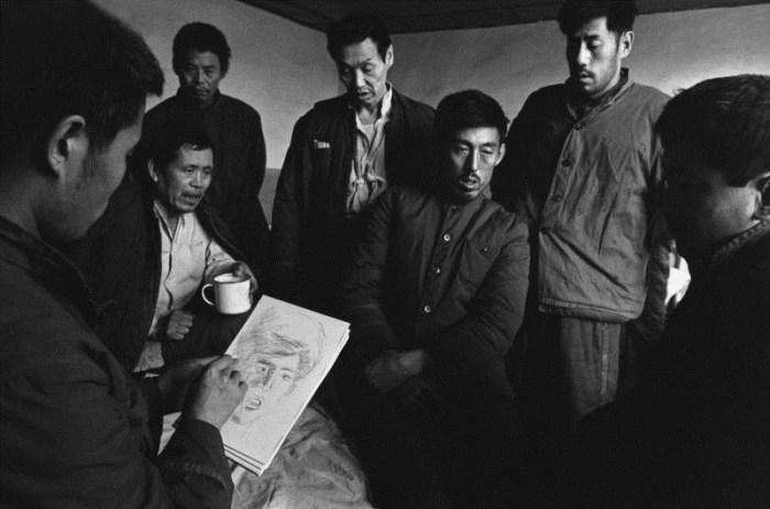 精神病院,黑龍江 1989 – 在為室友素描的病人