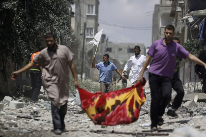 一個巴勒斯坦男子手拿白旗。