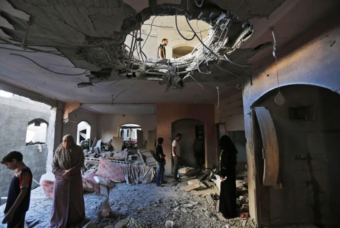 一個巴勒斯坦家庭在檢查被空襲後的家。
