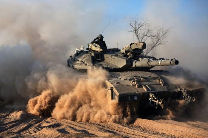 一位以色列士兵在Merkava坦克上敬禮。