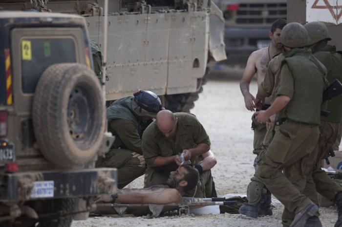 以色列士兵在照顧受傷的同伴。