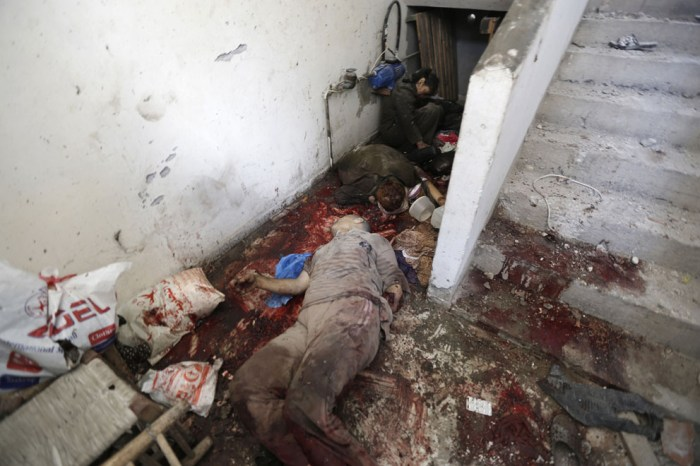 一個巴勒斯坦家庭遭受攻擊後全家躺在血泊之中