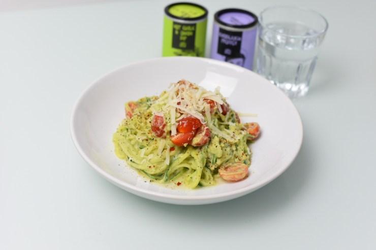 Zucchini-Nudeln in einer Avocado-Joghurt-Creme