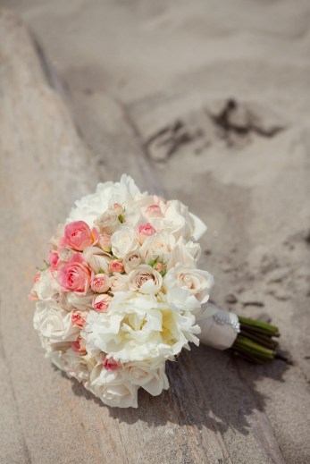 pink-beach-bouquet-in-sand