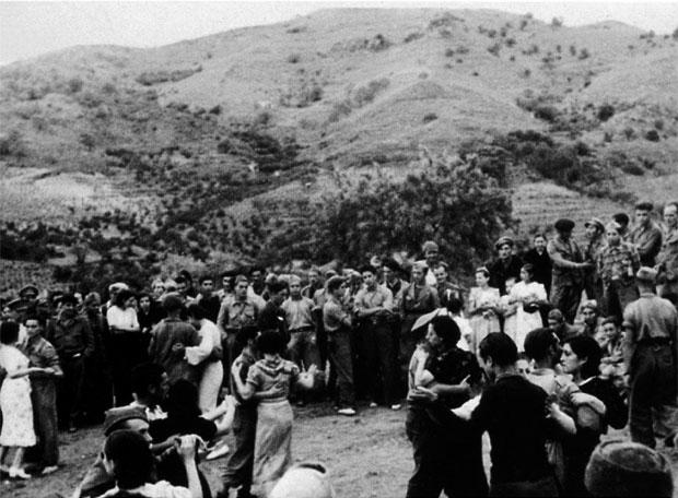 Las delegadas de las poblaciones vecinas bailan con los soldados de la XI Brigada