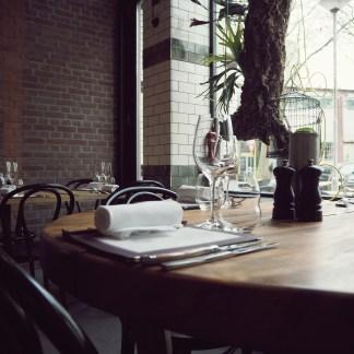 Detail van de tafelsetting.
