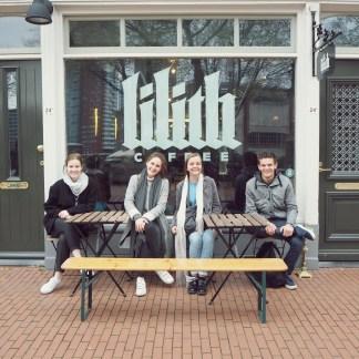 Groepsfoto op het terrasje van Lilith!
