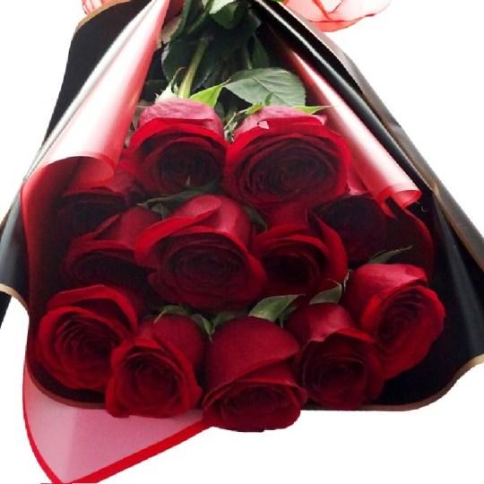Ramo de 12 rosas rojas, cualquier momento es ideal para regalar flores