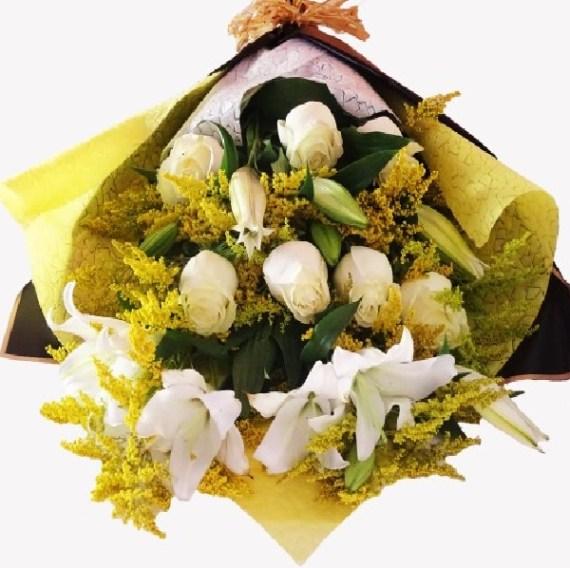 Envía un mensaje de afecto o felicitaciones con este bello ramo de flores.