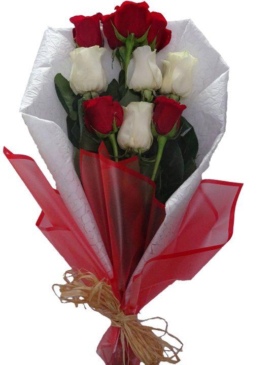 ramo de rosas rojas y rosas blancas con decoracion