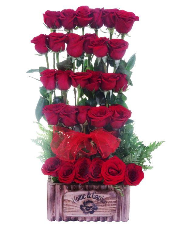 arreglo de rosas rojas escalonadas