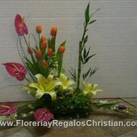 Arreglo floral en base de cristal. Elaborado con Anturios, tulipanes y rosas - E6