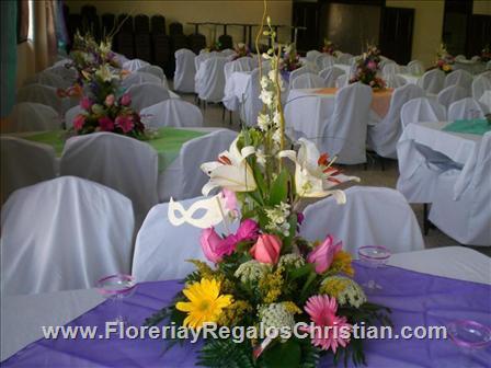 Centro de Mesa con rosas, gerberas y casablancas