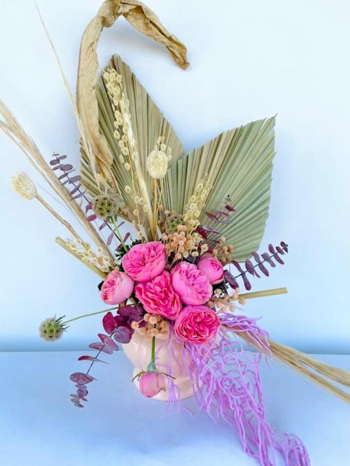 Hermoso arreglo de Rosas inglesas y follajes diversos de naturaleza muerta, en base de cerámica.