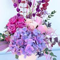 Arreglo estilo Boho con Hortencias, rosas, follajes y base de ceramica