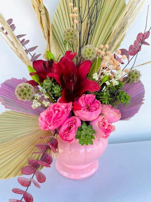 Hermoso arreglo de Rosas inglesas, Lilis & naturaleza muerta, en base de cerámica.