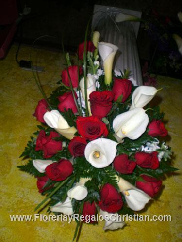 Arreglo floral con Rosas y Tulipanes.