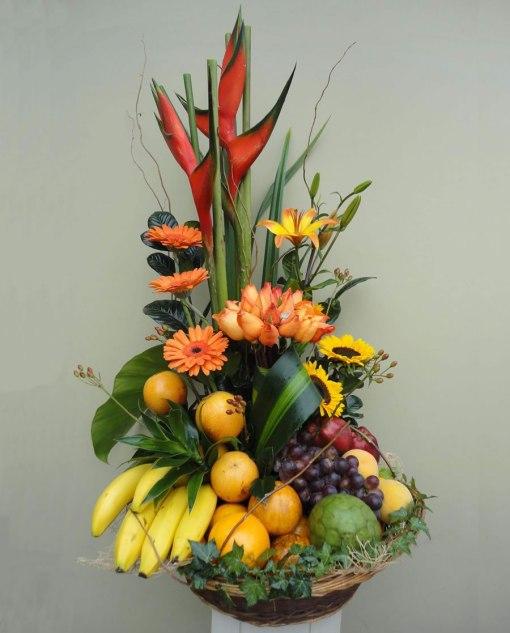 Hermosa Canasta Frutal de Gerberas, Girasol y Rosas - FR10