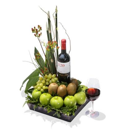 Arreglo para hombre con kiwis, manzanas, uvas y botella de vino Las Moras - H7
