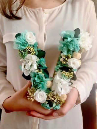 Letras con flores preservadas, musgo, decoupage