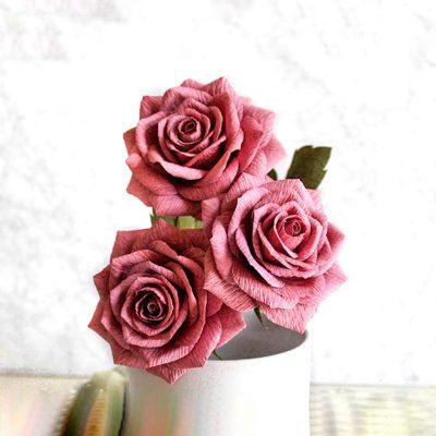 Rosa realista de papel crepé en color ciruela