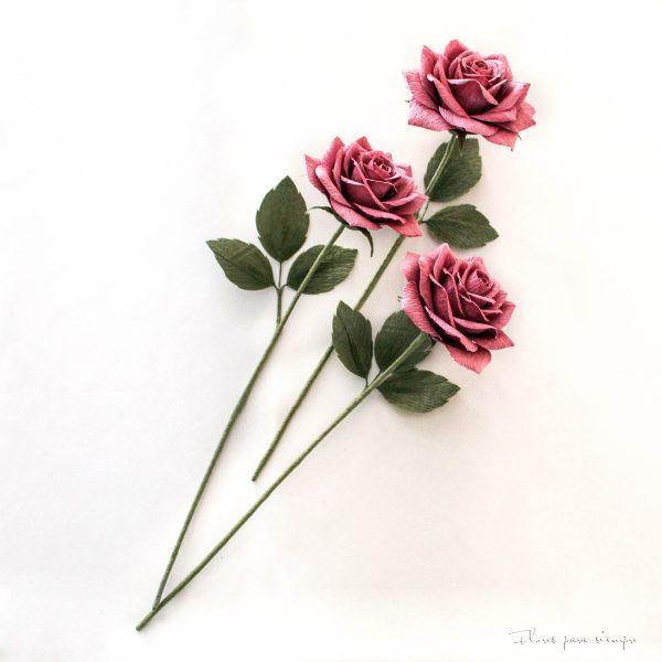 rosas moradas de papel crepe