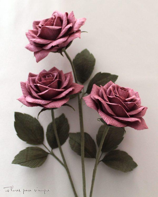 rosas moradas de papel