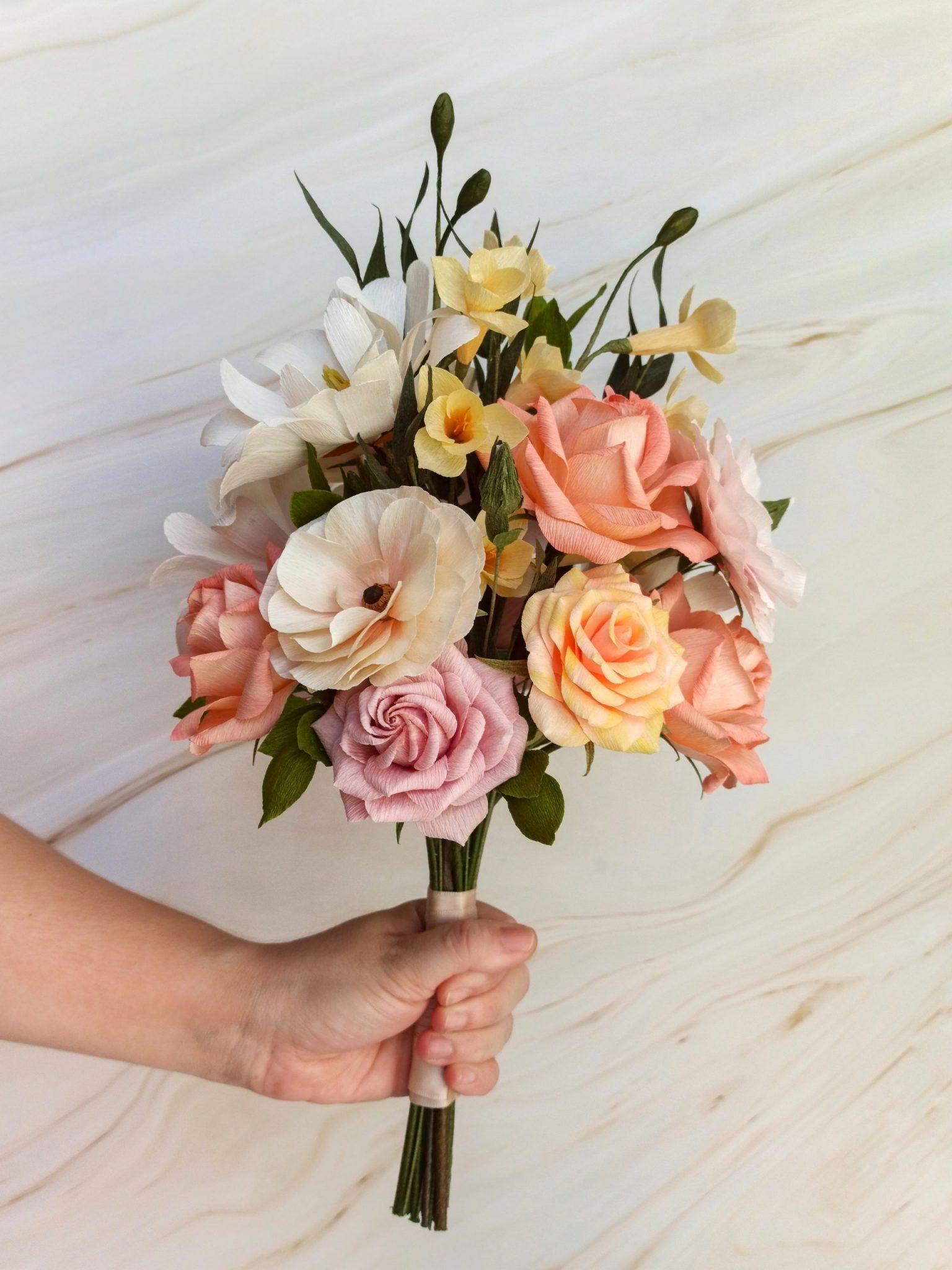 ramo de flores de papel crepé, ramo de novia de papel, ramo alternativo con flores realistas artificiales de papel