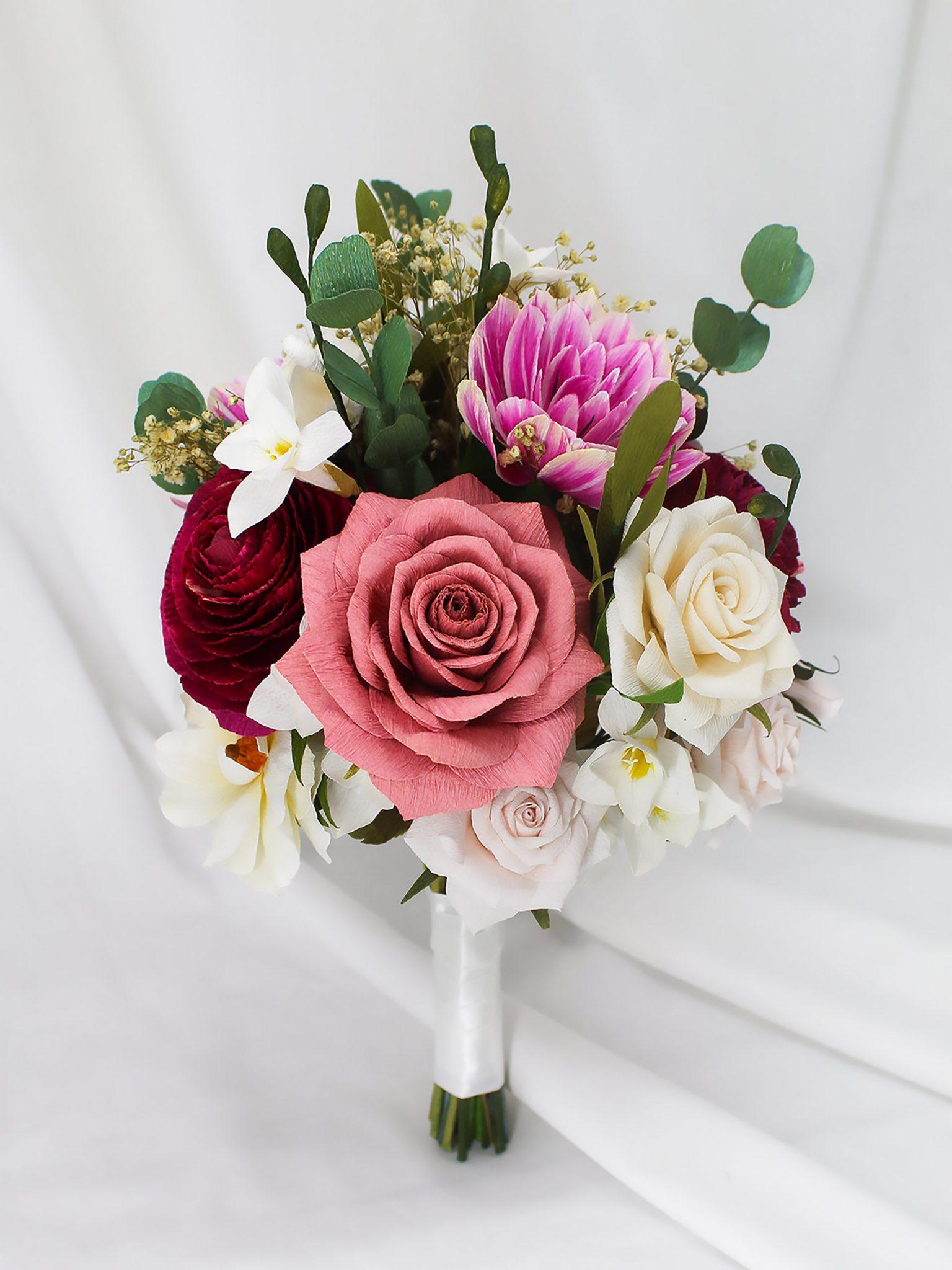 ramo de novia de papel personalizado con rosas, tulipanes y fresias en tonos rosas, beige y blanco
