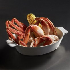 Red Lobster's® NEW! Dueling Crab Legs™ feature a pairing of Pacific Northwest Dungeness crab legs with sweet North American Snow crab legs for the ultimate crab leg experience. (PRNewsfoto/Red Lobster Seafood Co.)
