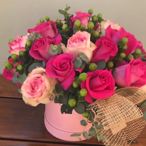 centro de flores compuesto por rosas rosas