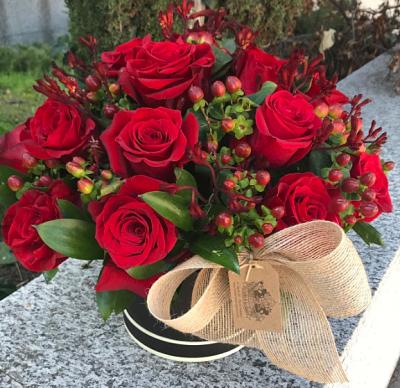 centro de flores formado por rosas rojas