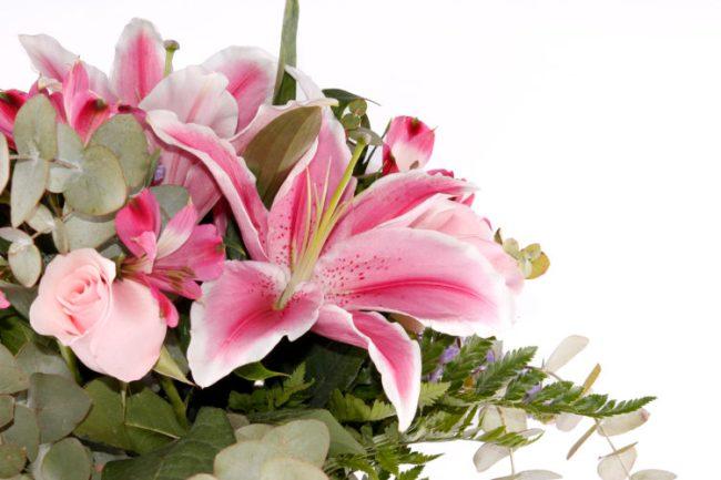 Ramo elegante de flores lirios orientales rosas en tonos suaves combinado con rosas, astromelia y statis. · Tienda Online en Alcalá de Henares · Madrid