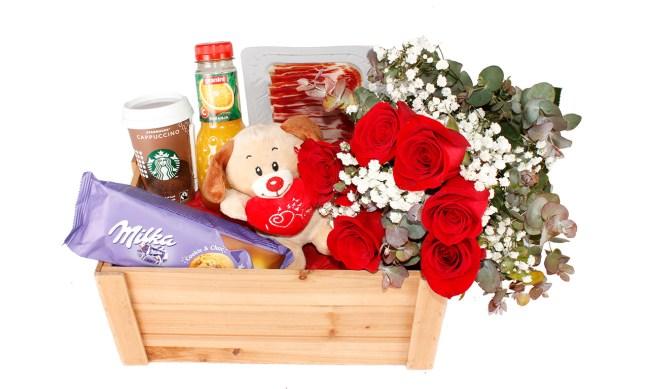 Desayuno con flores San Valentín. Floristería Pétalos · Tienda Online. Gran selección de complementos florales: jarrones, maceteros, cestas para flores y plantas. Haz tu pedido online y recibe el envío en tu domicilio.
