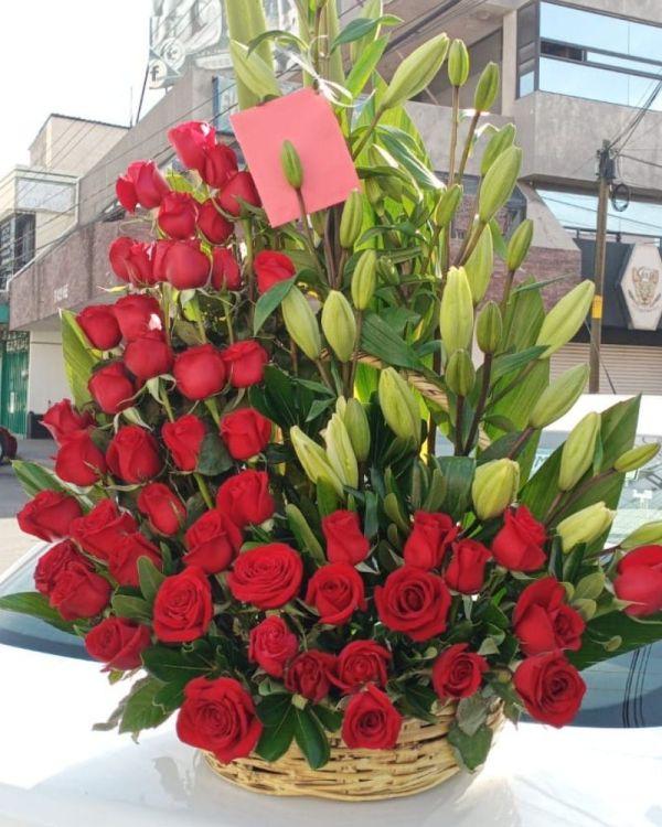 Canasta de flores con rosas y lilis, Envia flores a domicilio en Tijuana, florerías en Tijuana