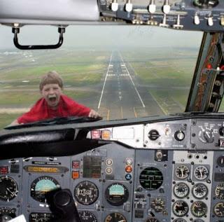 Niño en avion