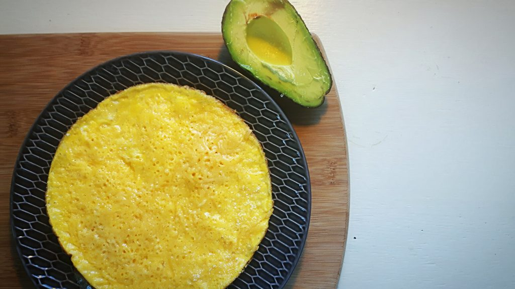 koolhydraatarme lunch: kaasomelet met avocado