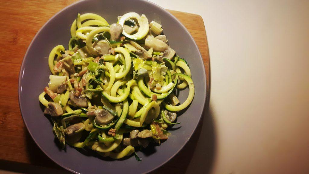 Koolhydraatarme courgetti met prei-roomsaus, champignons en spekjes