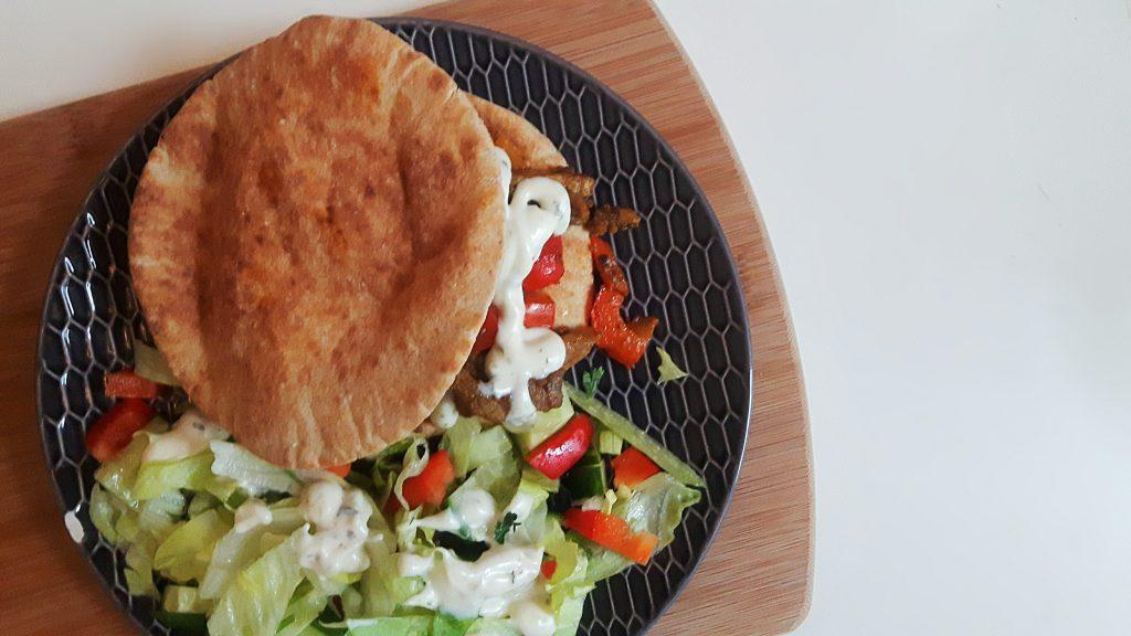 koolhydraatarme broodjes shoarma met verse knoflooksaus - flowcarbfood.nl