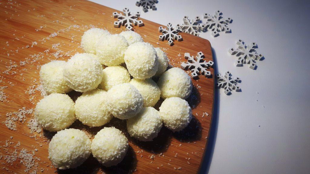 Koolhydraatarme sneeuwballen van kokos en limoen - Flowcarbfood.nl