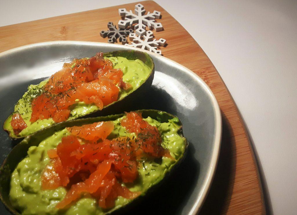Koolhydraatarme avocadomousse met gerookte zalmsnippers - flowcarbfood.nl