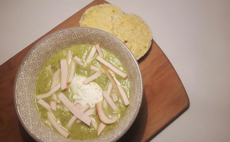 Koolhydraatarme broccoli-courgettesoep met gerookte kip
