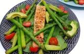 Zalm met groene asperges, avocado en spinazie