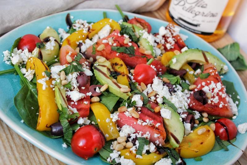 Spinaziesalade met gegrilde watermeloen, paprika, feta, olijven en avocado
