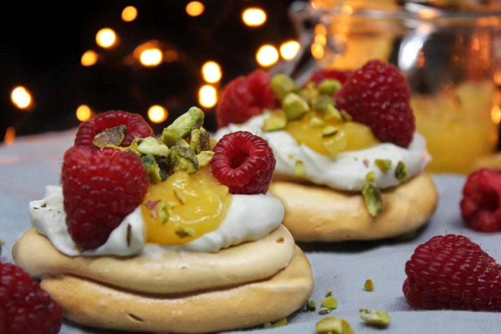 Suikervrije meringue met room, lemon curd, frambozen en pistache